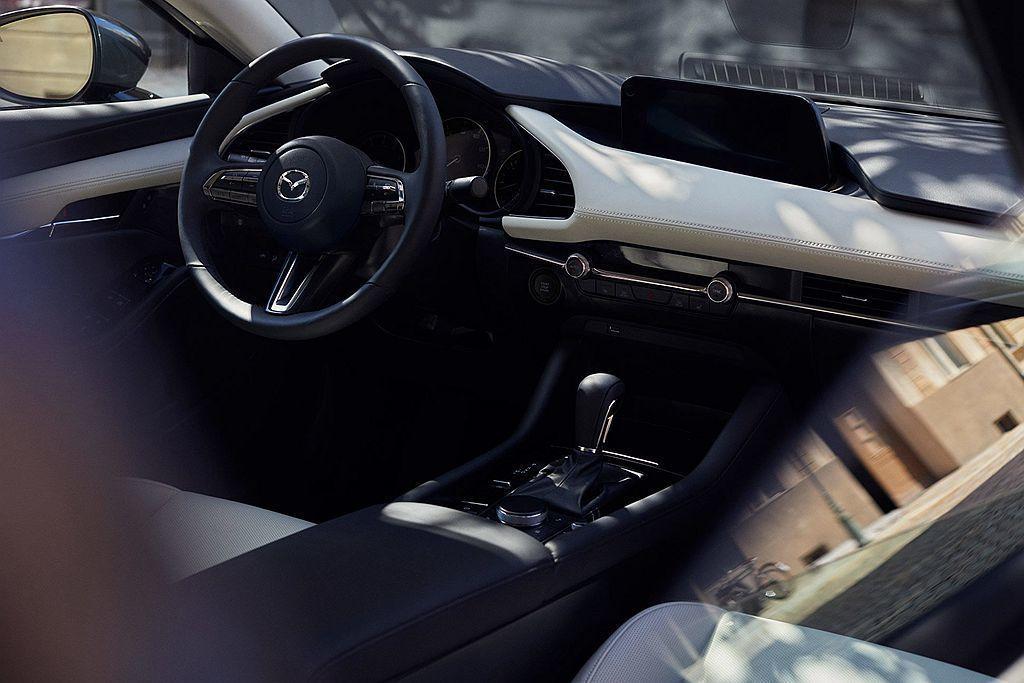 全新第四代Mazda3採用新的設計架構,控台大面積使用皮革包覆增加質感,再使用金...