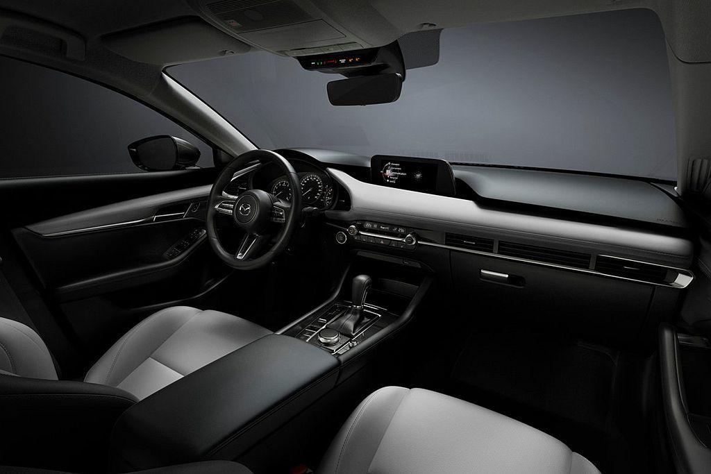 全新第四代Mazda3的內裝採水平線條架構,將冷氣出風口、空調面板與其他調控單元...