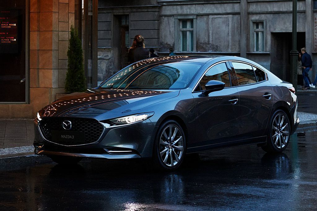 全新第四代Mazda3房車尺碼為4,662x1,797x1,445mm,相比現行...