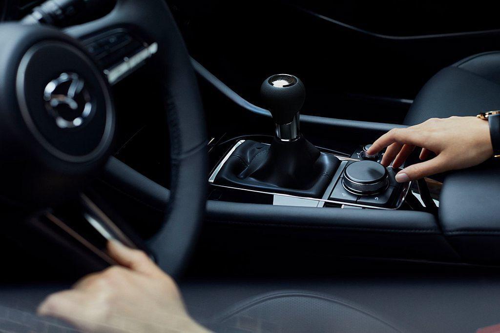 排檔座與排檔桿位置因應更好的人體工學,在高度設定上略有調整。 圖/Mazda提供