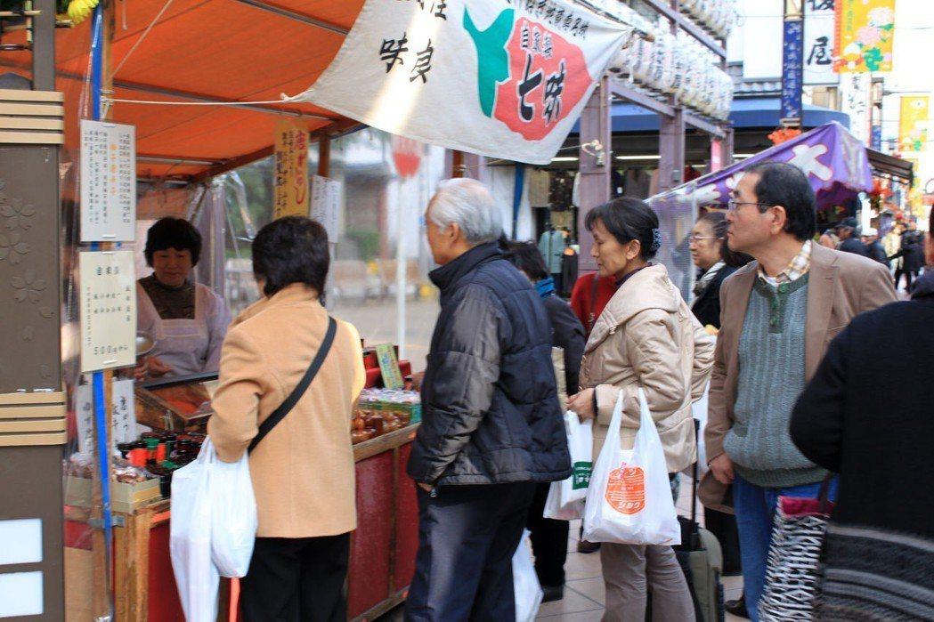 在日本,若太太先離世,丈夫恐怕很難獨自活下去。圖為東京的「老人街」。圖/新華社