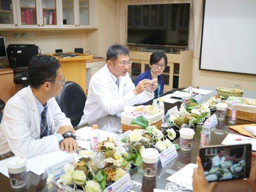 心臟外科主任潘俊彥(中)接受海外記者採訪。 高雄榮總/提供。