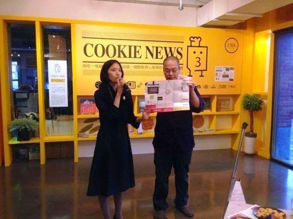謝若琳(左)與李萬鏗(右)於實驗室中介紹三明治工所做的每件事。