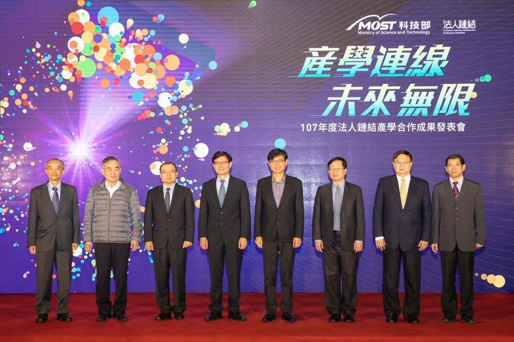 科技部107年法人鏈結產學合作成果發表會,台達電蔡榮騰副總裁(左起)、益通光能溫...
