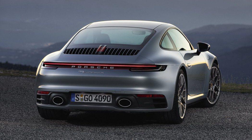 車尾延續新世代家族設計語彙,採用細長的燈體造型有著濃濃的科技感。 Porsche...