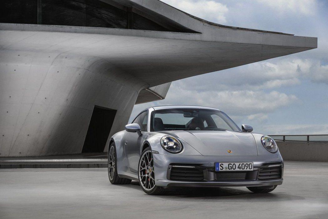 911 Carrera的馬力從370匹躍升至385匹馬力,而Carrera S則...