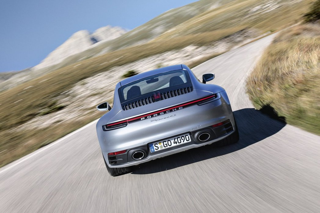 Porsche首創且列為標準配備的 Wet Mode 濕地模式可偵測路面水灘,針...