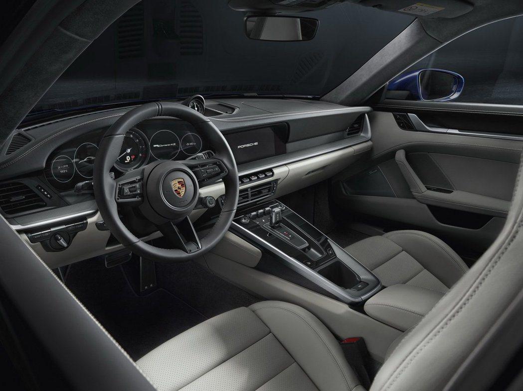 992仍保留Porsche傳統5環儀表,不過僅中間一環為實體,兩側已改為虛擬儀表...