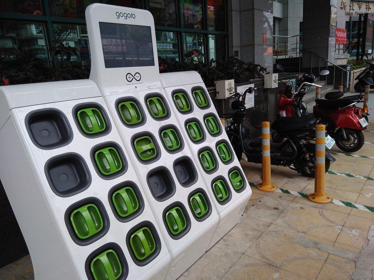 林口區公所在行政大樓門口規畫設置電動機車充電專區,同時出租部分場地,做機車電池快...