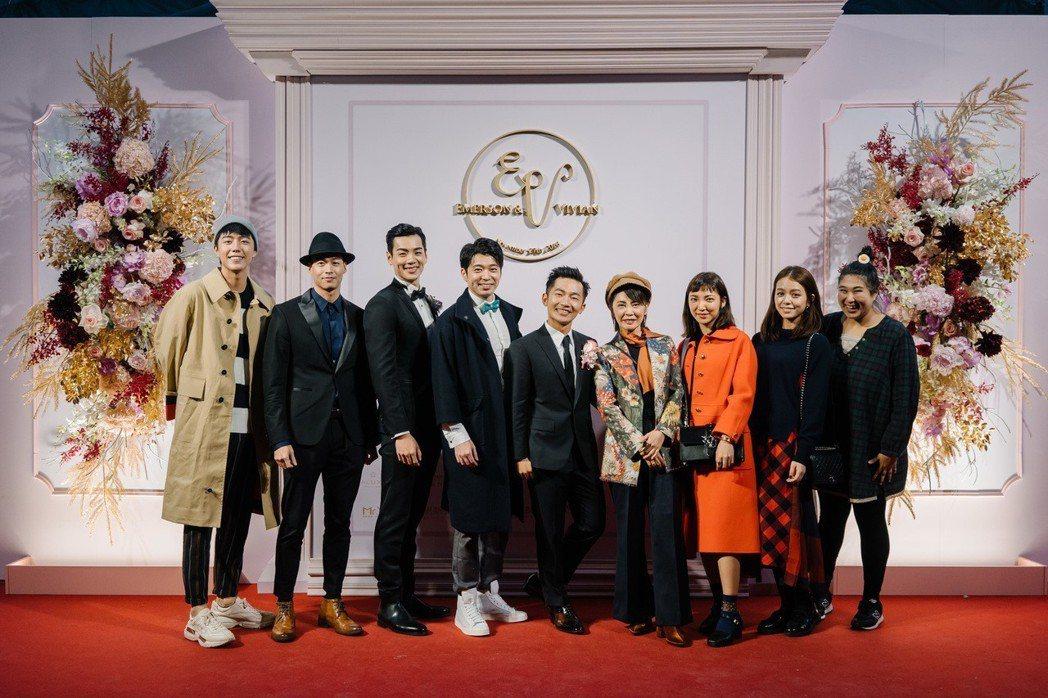 蔡昌憲(右5)與群星瑞智所有旗下藝人合影。圖/群星瑞智提供