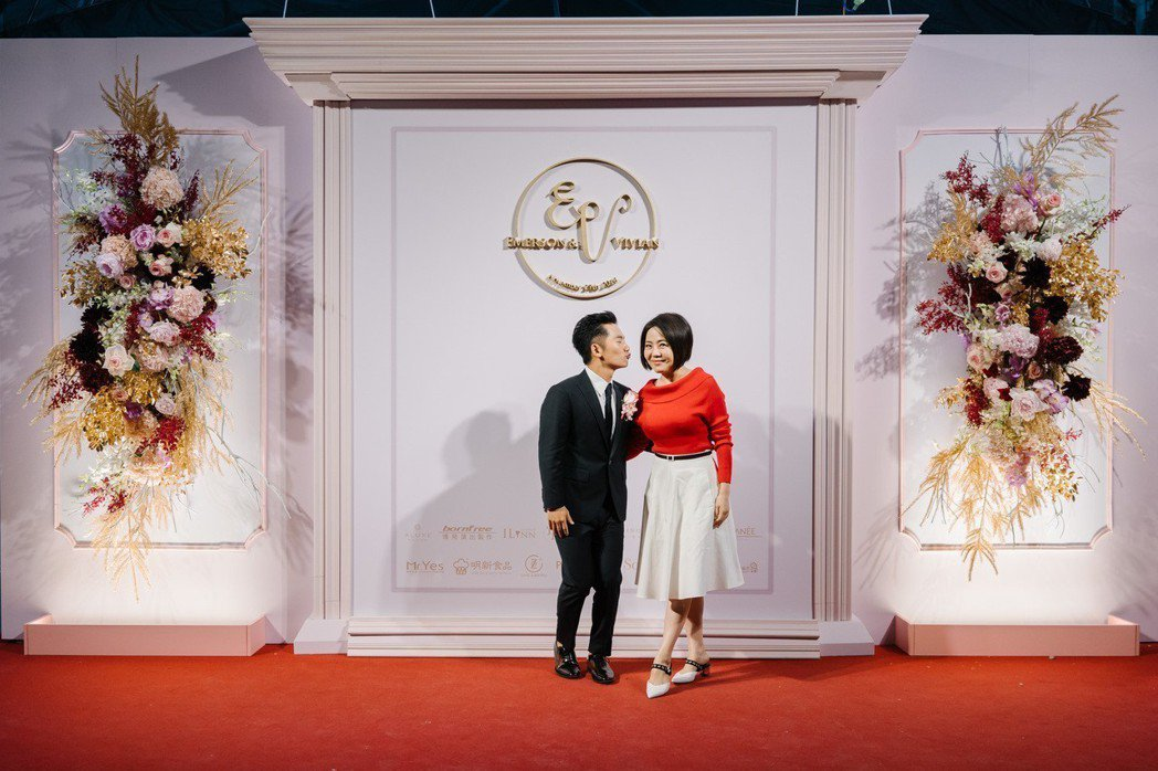 蔡昌憲(左)在婚禮上與與于美人(右)合影。圖/群星瑞智提供