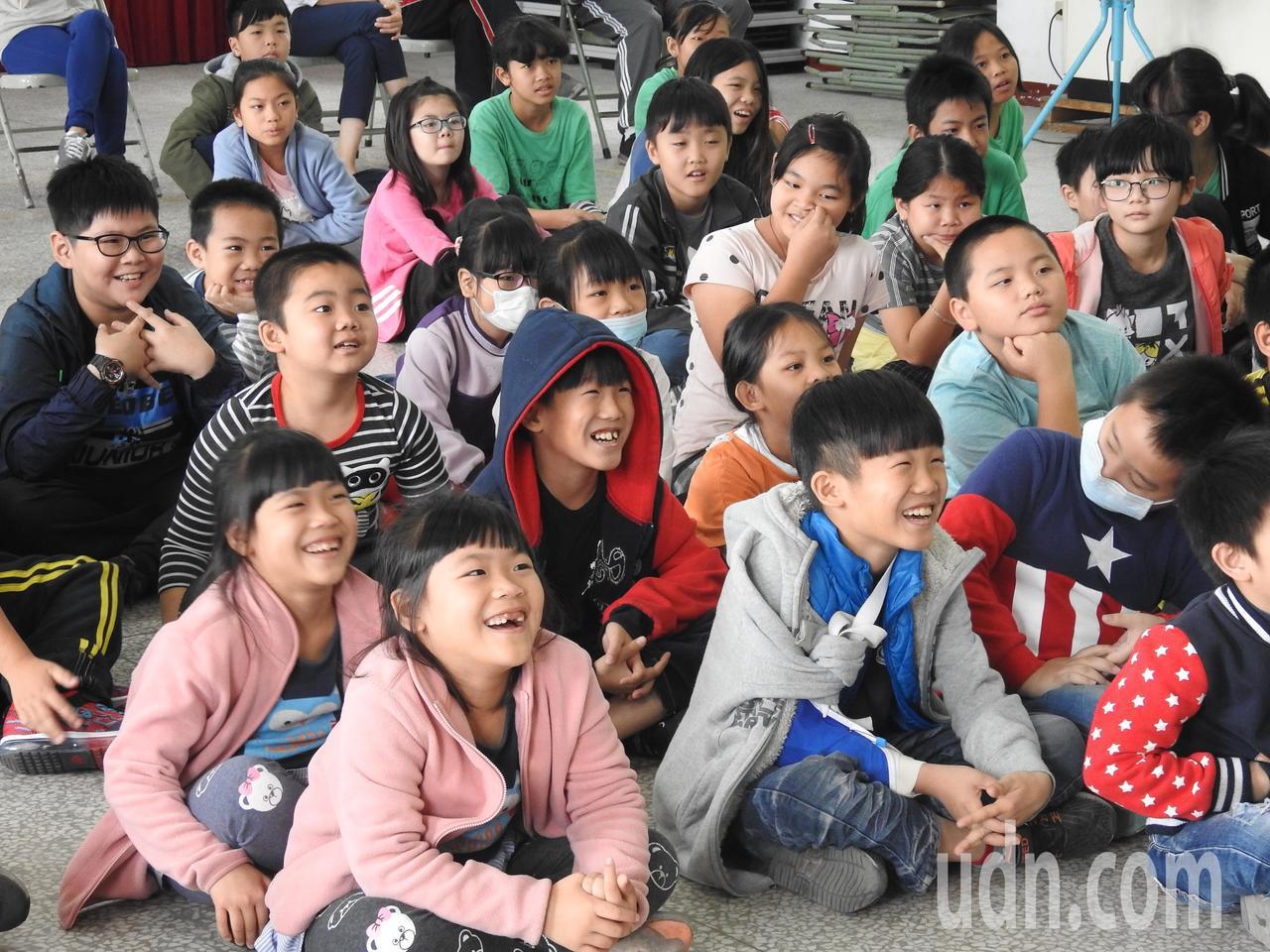 戲偶子劇團用貼近孩子的偶戲演出讓其學習客家文化和客語,果然成功吸引小朋友的目光。...