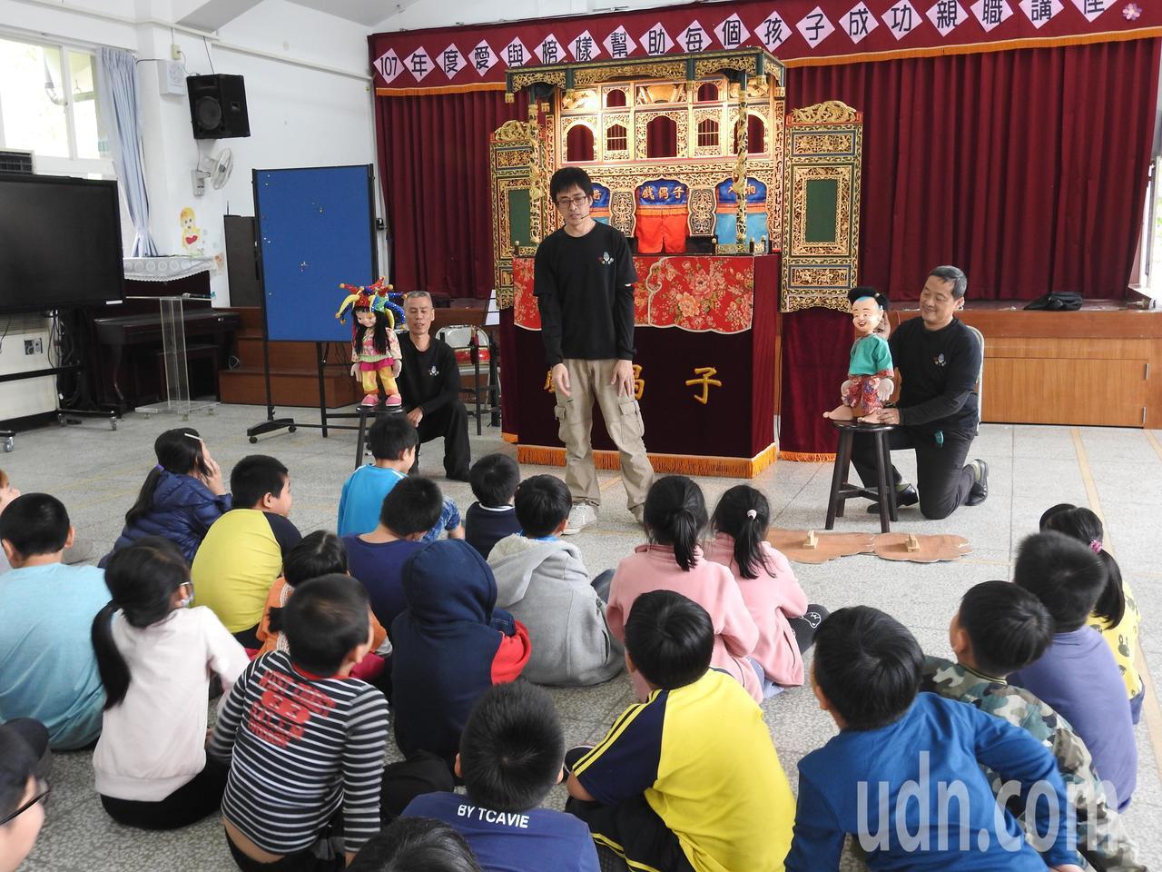 戲偶子劇團昨赴南投縣長流、長福國小演出客語布袋戲,還以國內罕見的執頭偶與學童互動...