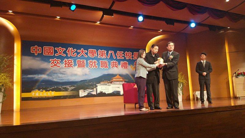爭議多時的文化大學校長,最後由徐興慶(右)獲得董事會圈選成為中國文化大學第八任校長,今天舉行交接典禮。記者林良齊/攝影