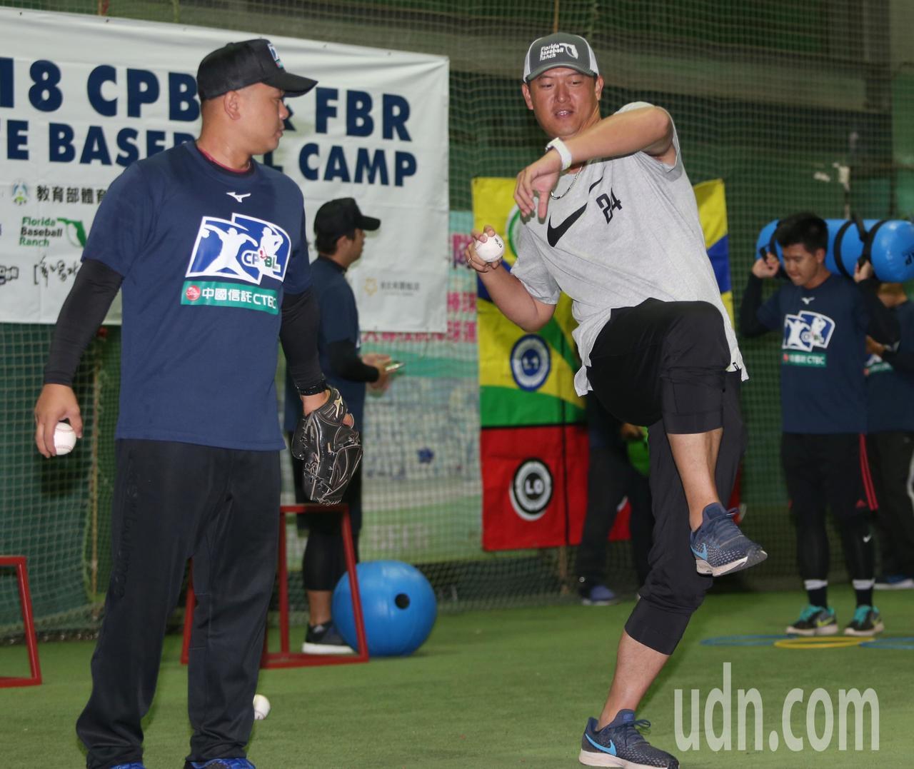 王建民(右)連續兩年出席中華職棒專業棒球訓練營。記者侯永全/攝影