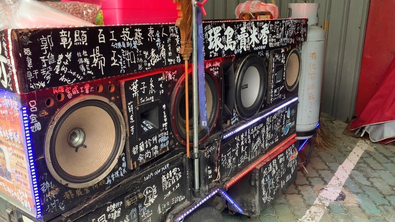 陳漢宗的三輪車上留下了許許多多的簽名,都是他在這趟旅程中的收穫。記者陳斯穎/攝影
