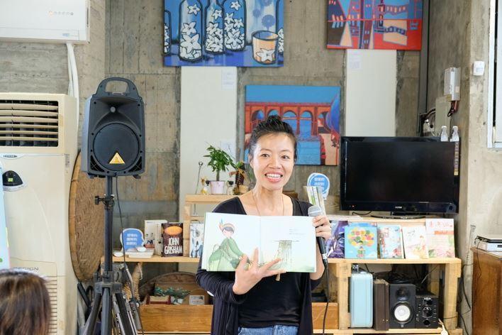 插畫家卡達公主正在項大小朋友介紹為竹東專屬打造的「創藝竹東-跟著小舞趣旅行」繪本...
