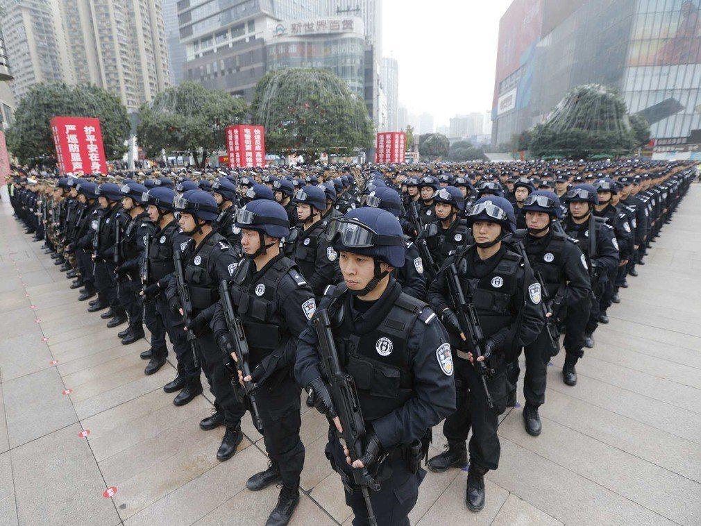 重慶出動數千人,展開大規模巡查。(多維)