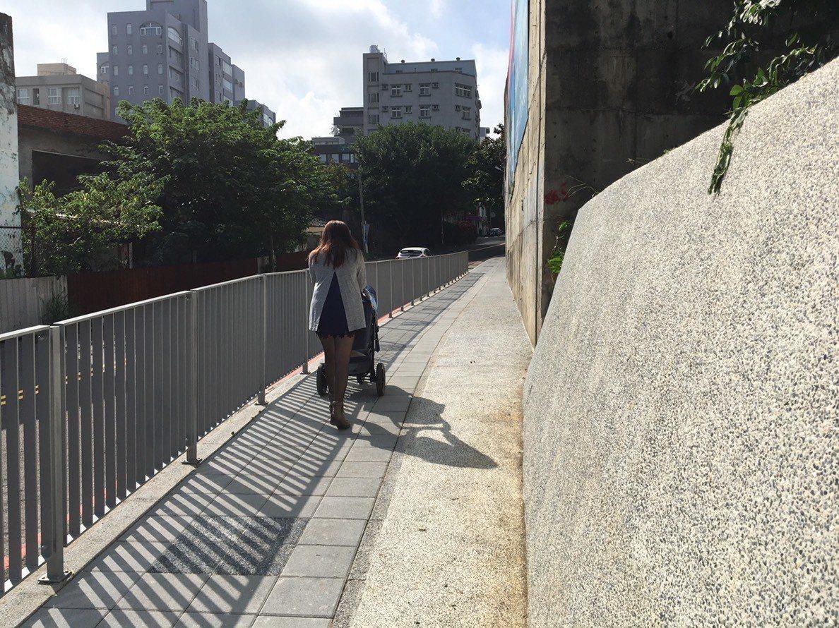 新竹市東區金山19街新設的人行道完工啟用,讓學生上學路更安全。圖/新竹市府提供