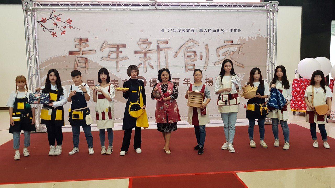 育達科大時尚造型設計系師生也走秀呈現為百工職人所設計的工作服裝。記者黃瑞典/攝影