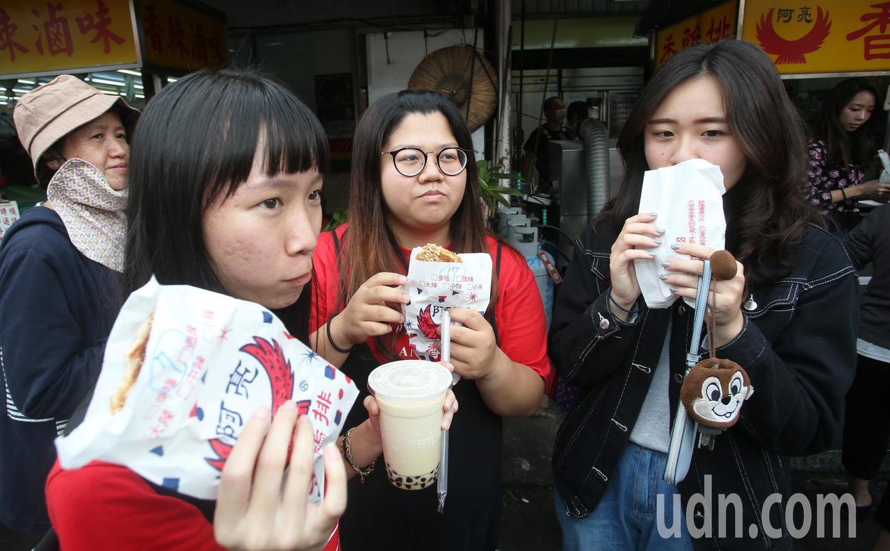 慶賀韓國瑜當選,網友兌現承諾免費讓民眾吃雞排,許多民眾領到後立刻吃了起來。記者劉...