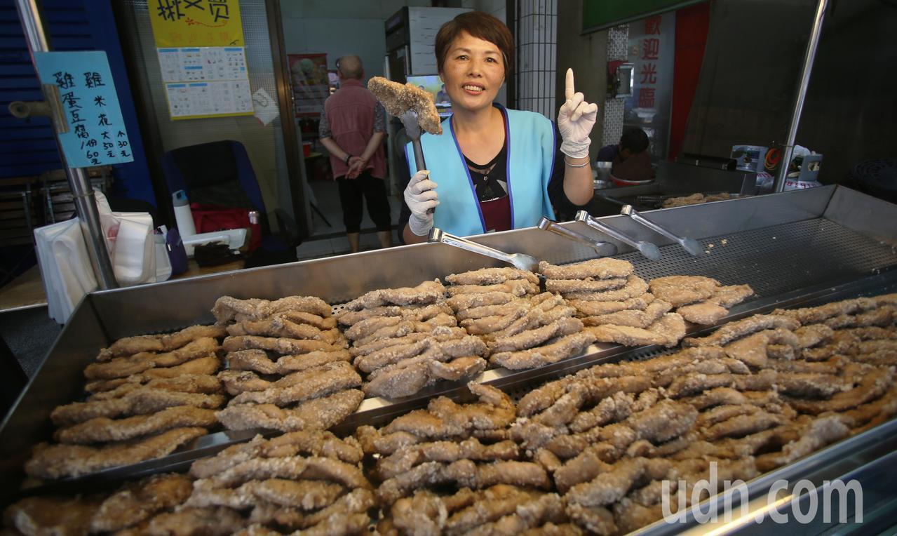 慶賀韓國瑜當選,網友兌現承諾免費讓民眾吃雞排,店家準備好吃雞排要讓排隊民眾都能吃...