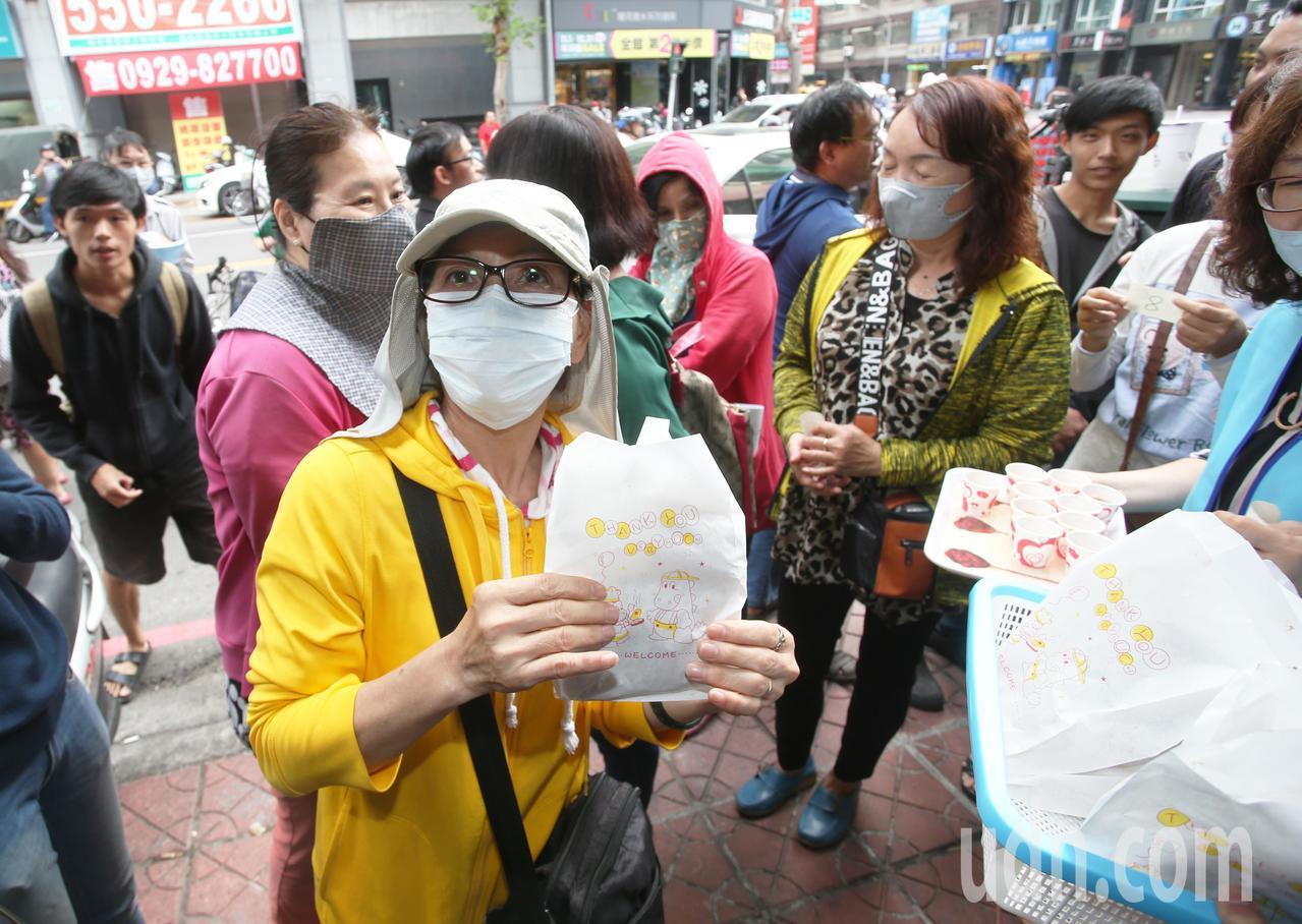 慶賀韓國瑜當選,網友兌現承諾免費讓民眾吃雞排,一位蔡小姐(左)上午十點就來排隊搶...