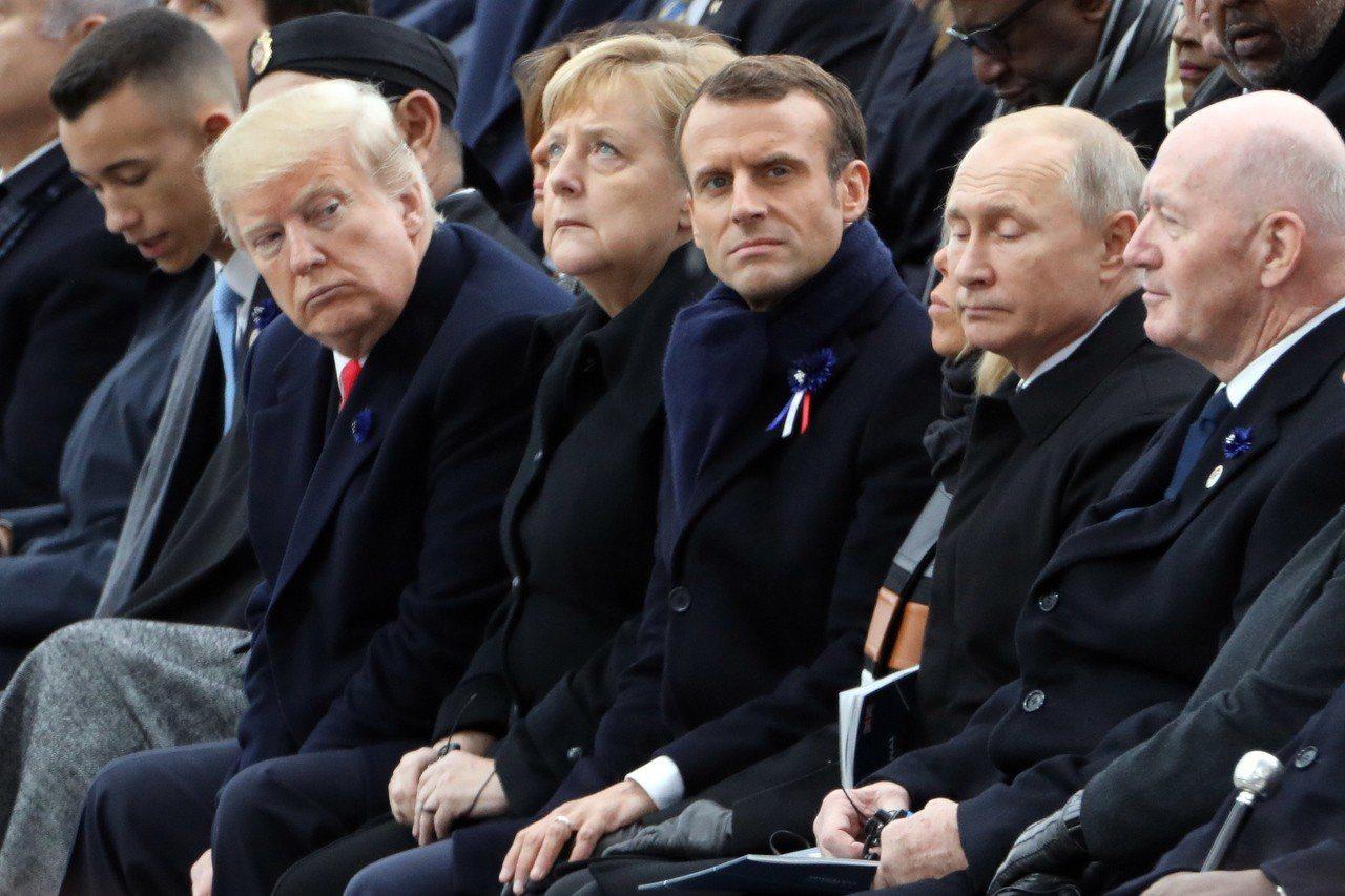 美國總統川普(左二)11日赴法國出席一戰結束100周年紀念儀式,期間未與俄國總統...