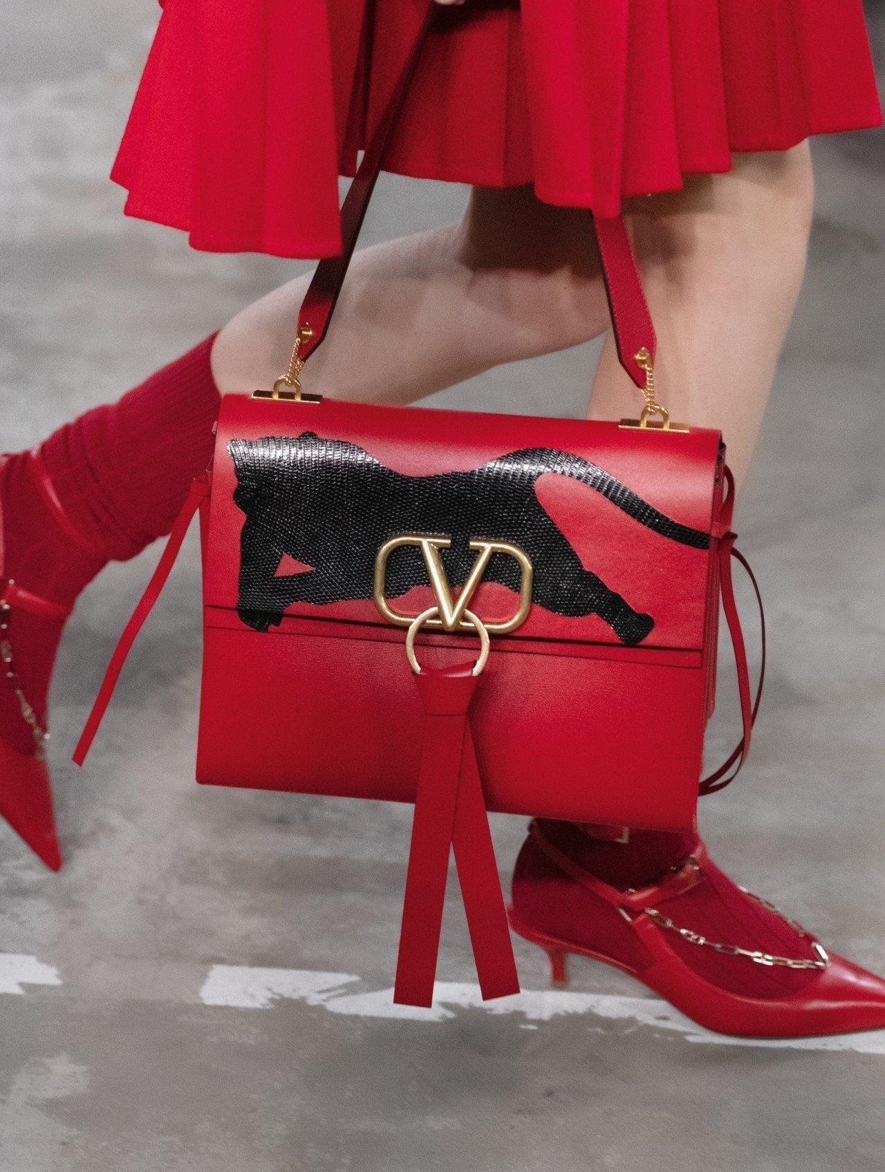 向昔日的V logo致敬成為本季包款的識別。圖/VALENTINO提供