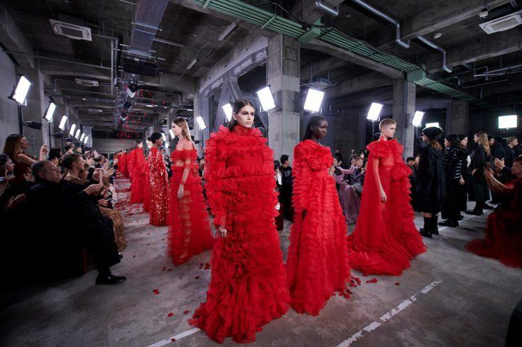 VALENTINO在東京發表2019早秋系列,以紅色帶來相當鮮明強烈的個性。圖/...