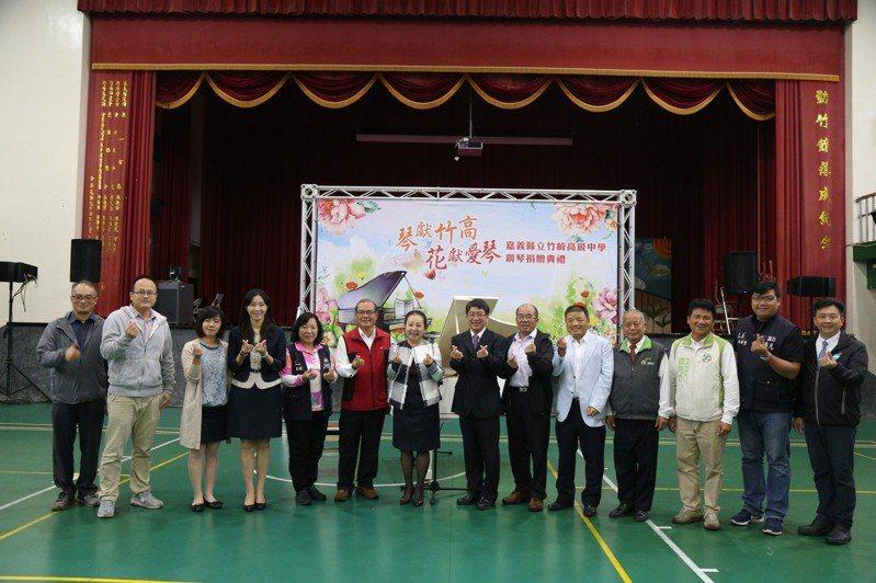 縣長張花冠(左七)致贈校方1台珍藏多年,有35年歷史的鋼琴。記者謝恩得/攝影