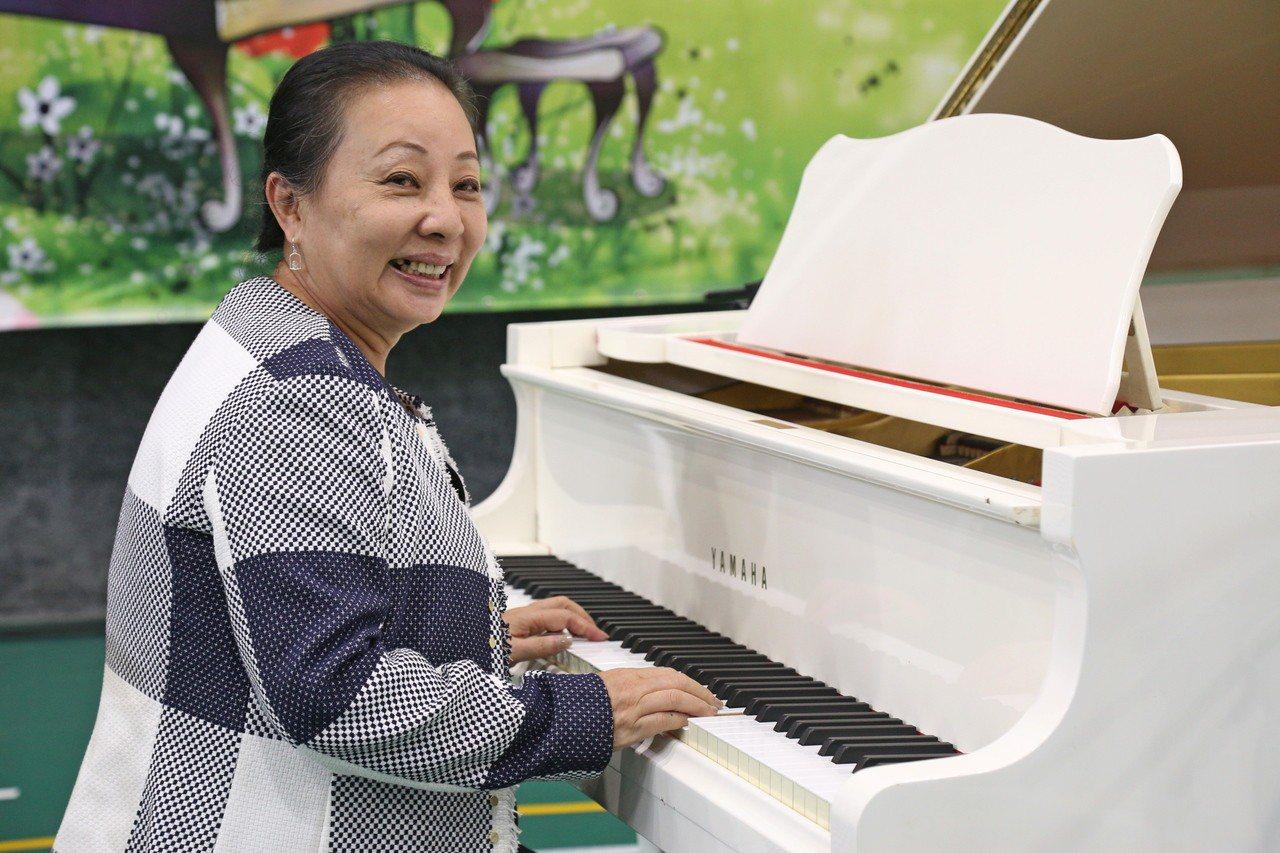 縣長張花冠致贈珍藏多年的鋼琴。記者謝恩得/攝影