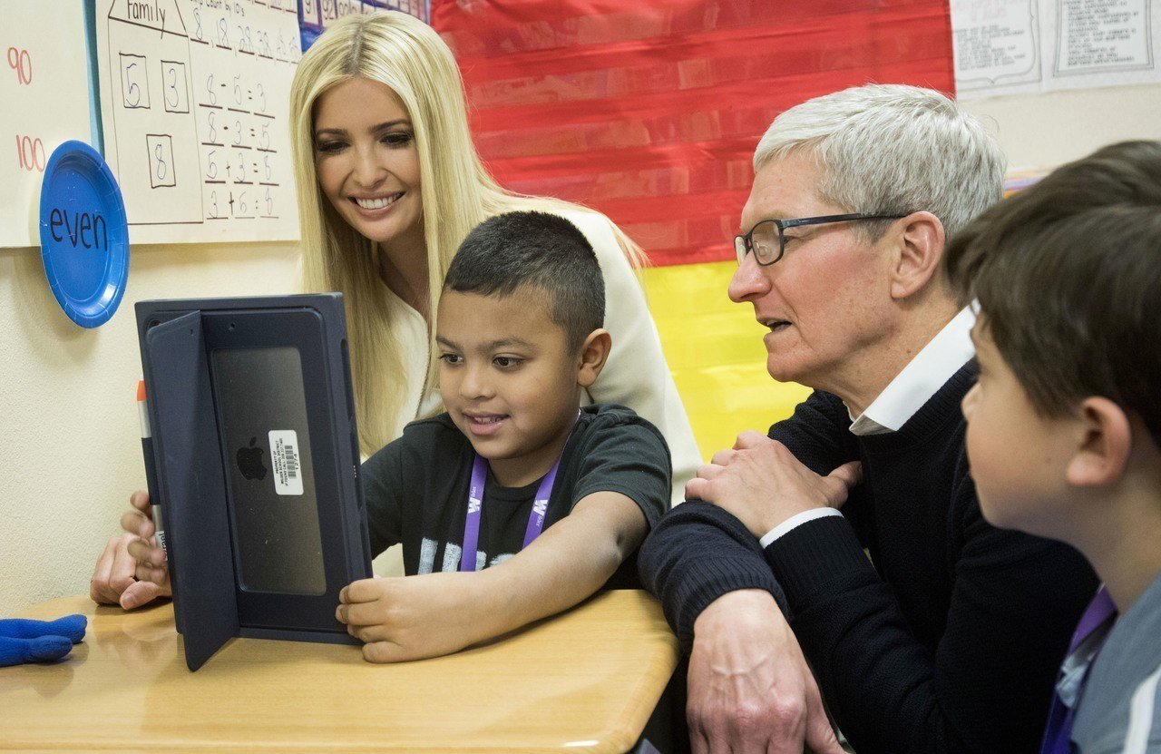 蘋果執行長庫克27日與美國第一千金伊凡卡到愛達荷州參訪學校。 美聯社