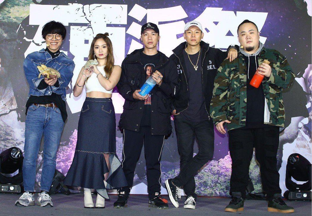 盧廣仲(左起)、陳芳語、頑童MJ116力挺Discovery「硬派祭」活動。記者...