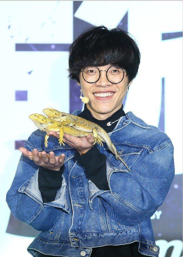 盧廣仲笑著讓鬆獅蜥爬在手上。記者陳柏亨/攝影