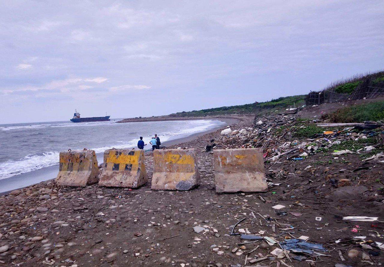 桃園海域擱淺的宏都拉斯籍振豐號貨輪,意外成為拍攝熱門景點,桃園市府環保局基於安全...