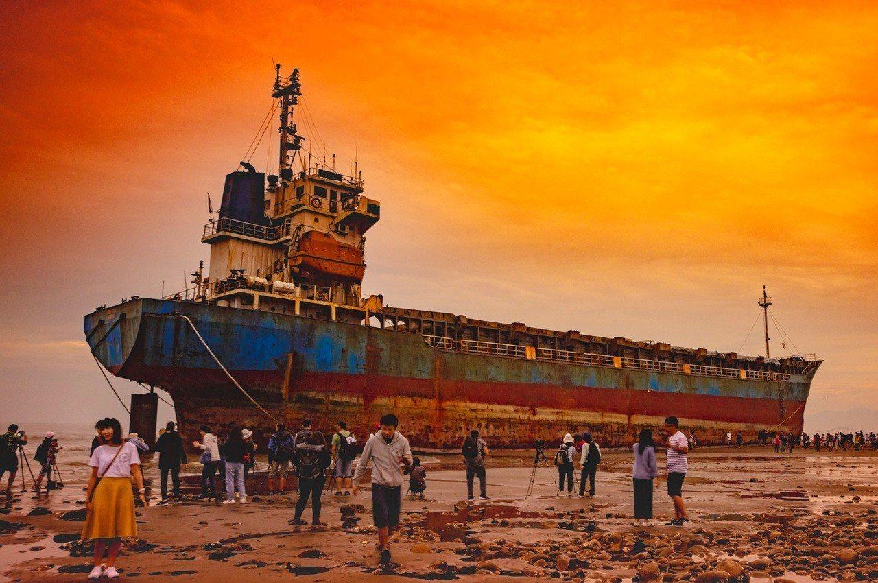 桃園海域擱淺的宏都拉斯籍振豐號貨輪,意外成為拍攝熱門景點,鳥友拍攝夕陽美景,拍鳥...