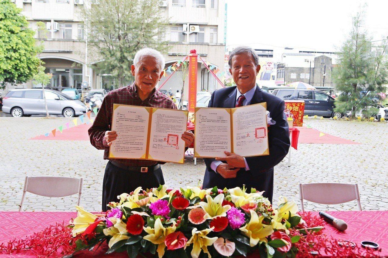 苗栗市長邱炳坤(右)與彭賜灯(左)簽署合作備忘錄。圖/苗栗市公所提供