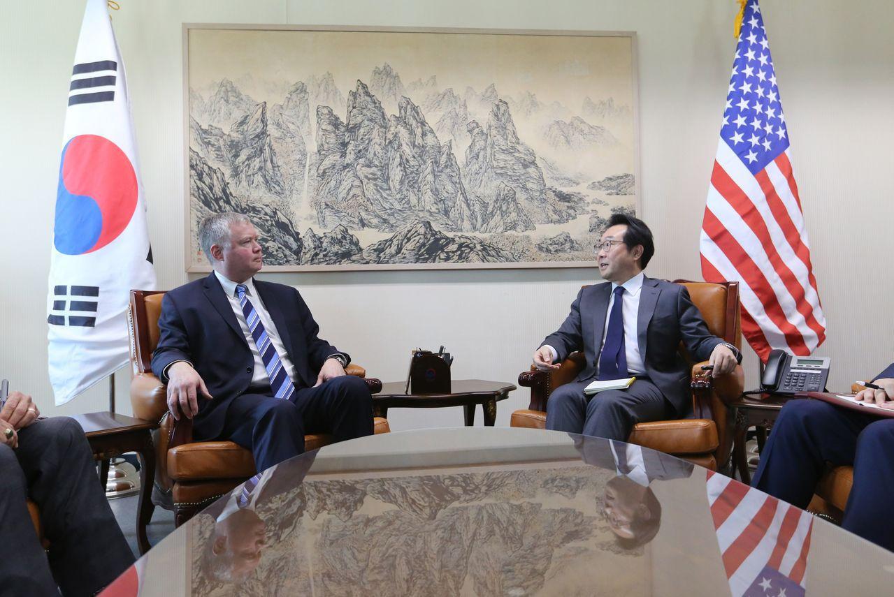 美國國務院北韓特別代表畢根(左)日前與韓半島和平交涉本部長李度勛(右)舉行會談。...