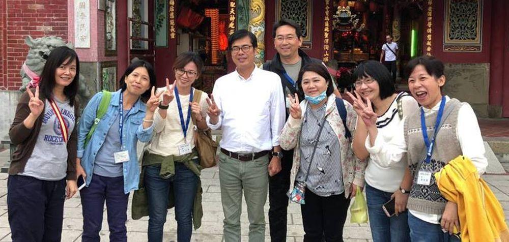 前立委陳其邁(左四)今天到旗山謝票,支持者熱情和他拍照。圖/翻攝陳其邁臉書