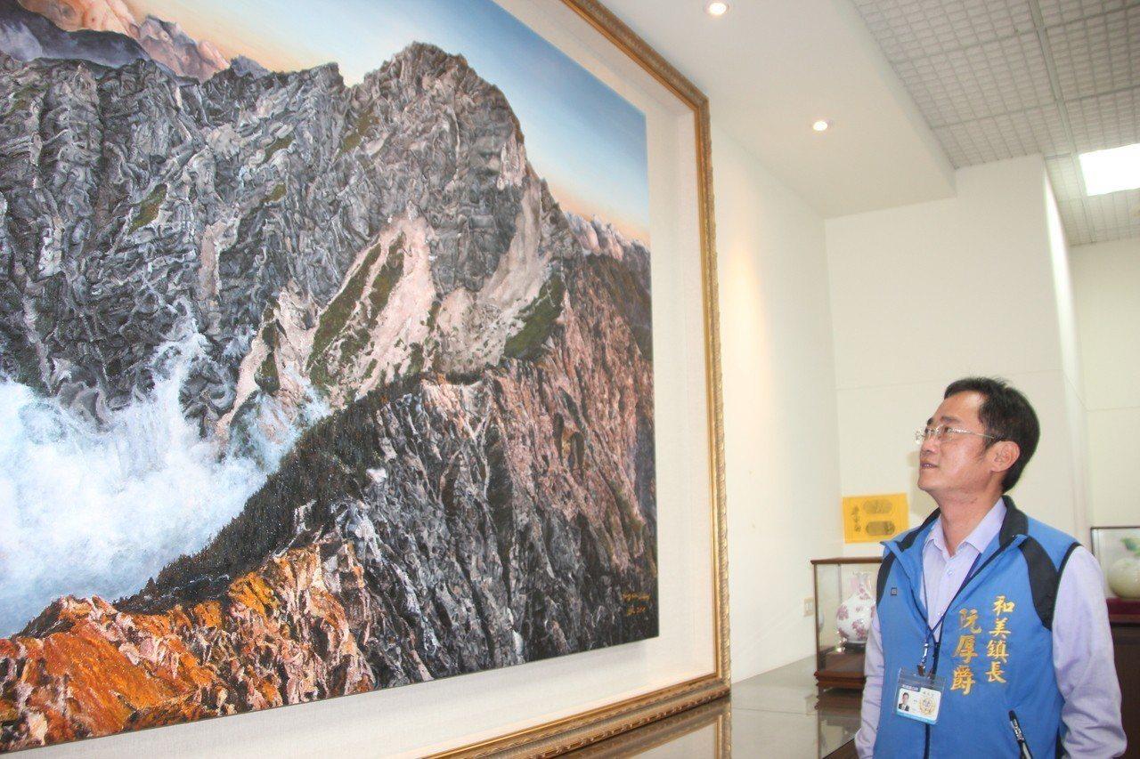 阮厚爵最喜歡他辦公室掛的一幅玉山圖,他說玉山的壯闊讓人很嚮往,人生也應該有這種壯...