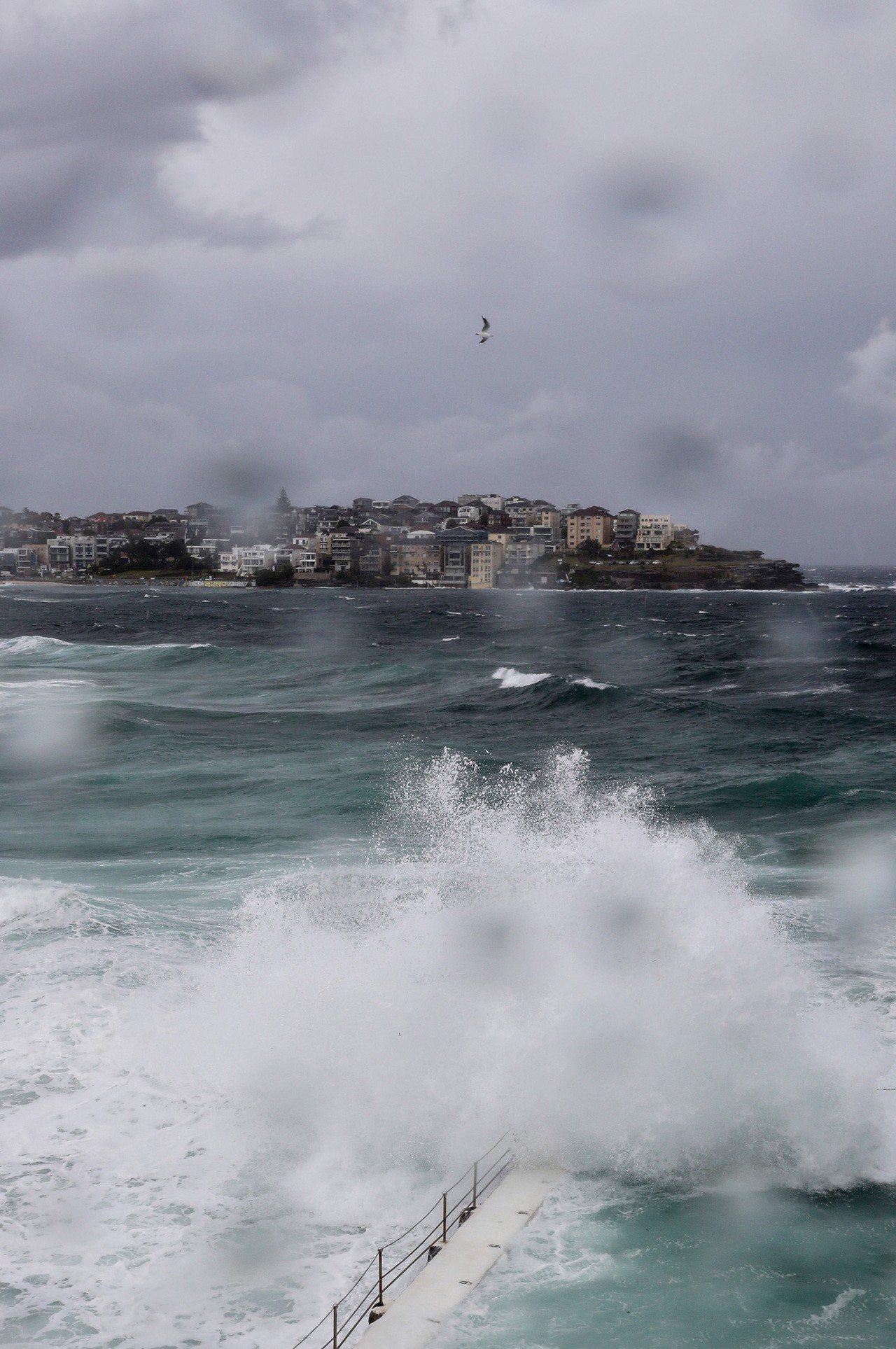 雪梨知名景點邦黛海灘28日捲起大浪,天色昏暗。(新華社)