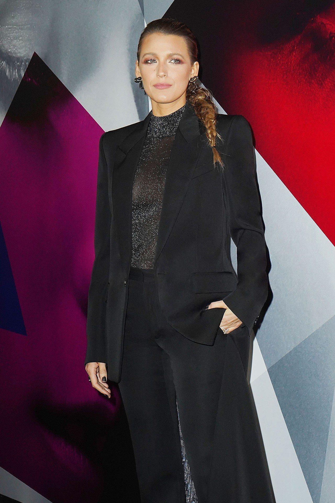 布蕾克萊芙 莉 身穿 GIVENCHY 2018 秋冬 高級 訂 製服 , 內襯 上衣 若隱若現 相當 迷 ...
