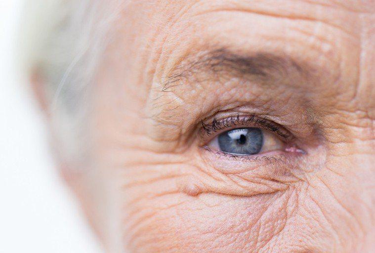 當我年紀越大時,發現我的近視度數也愈來愈深,後來不只是高度近視,視網膜、黃斑病變...