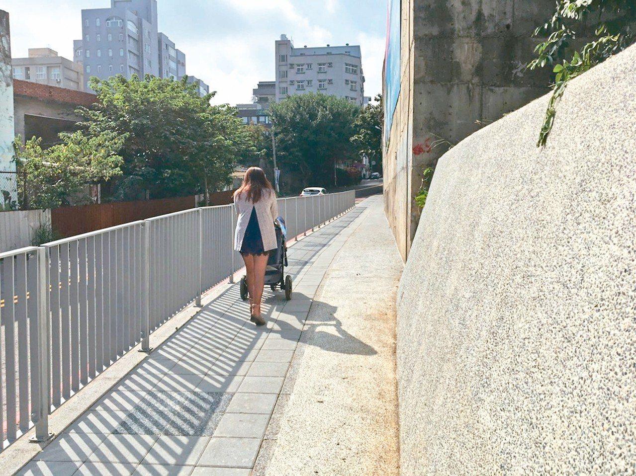 金山19街人行道拓寬、墊高、加欄杆,不必再人車爭道。 圖/新竹市府提供