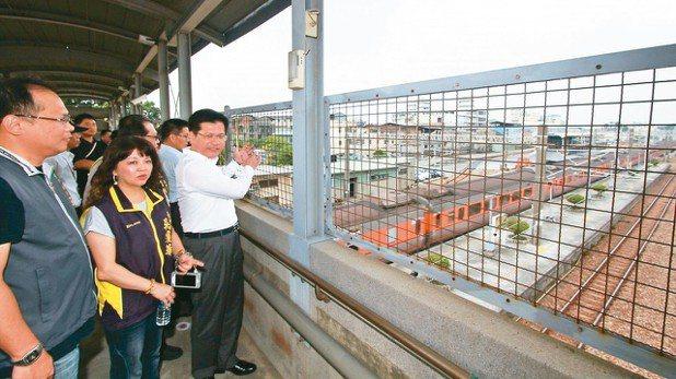台中市長林佳龍(右)曾前往成功車站視察。 圖/台中市新聞局提供