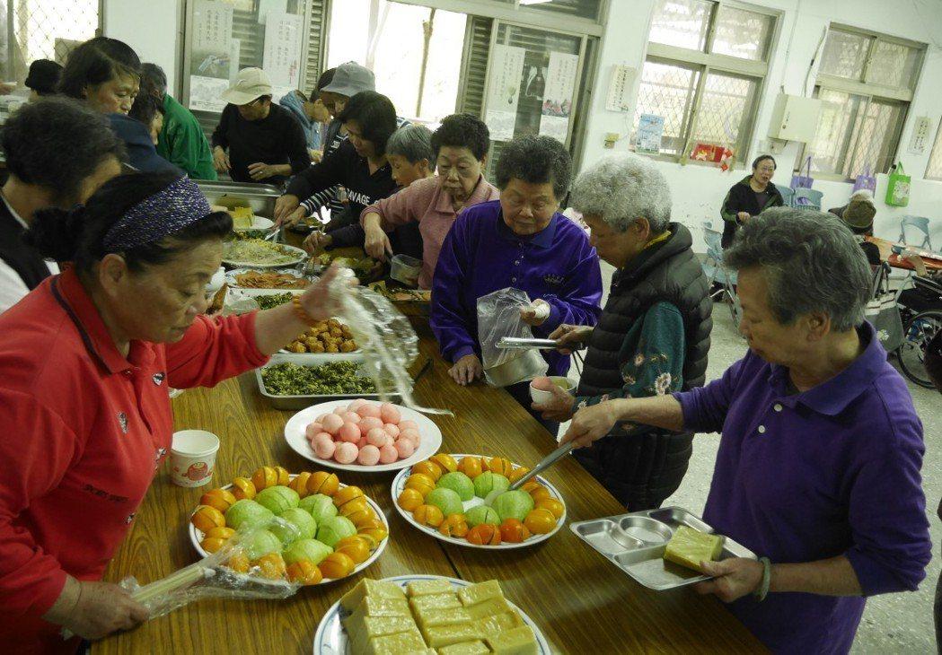 台灣邁入高齡化社會,國健署擬制定「台灣飲食質地製備指引」幫助長輩選擇並降低吞嚥傷...
