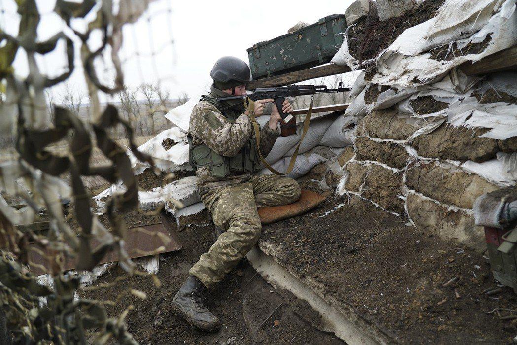 烏克蘭軍人在東部靠近叛軍控制區的前線就定位。(美聯社)