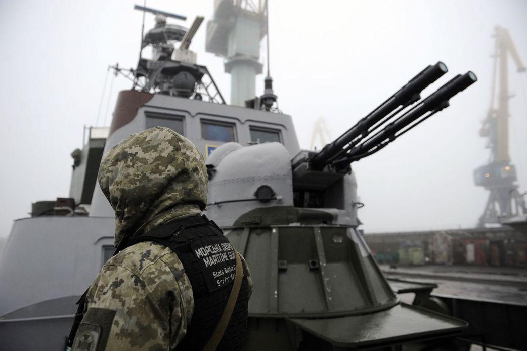 烏克蘭軍人11月在停泊於亞速海馬立波港的軍艦上巡邏。(法新社)