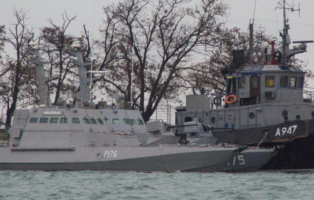 被俄國扣留的烏克蘭海軍船艦停泊在克里米亞克赤港口。(路透)